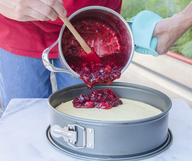 Pouring rote Grütze onto cheesecake 1